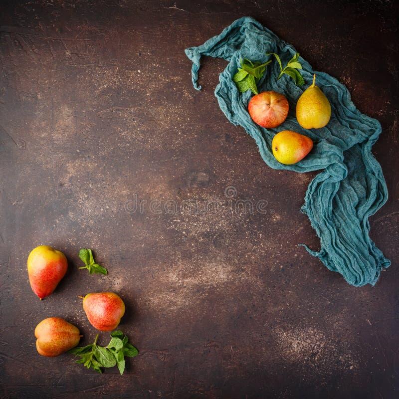 Poires rouge-jaunes organiques mûres fraîches photographie stock