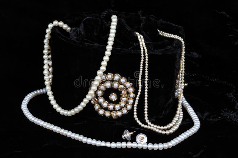 Poires se renversant hors du sac de bijoux. photographie stock libre de droits