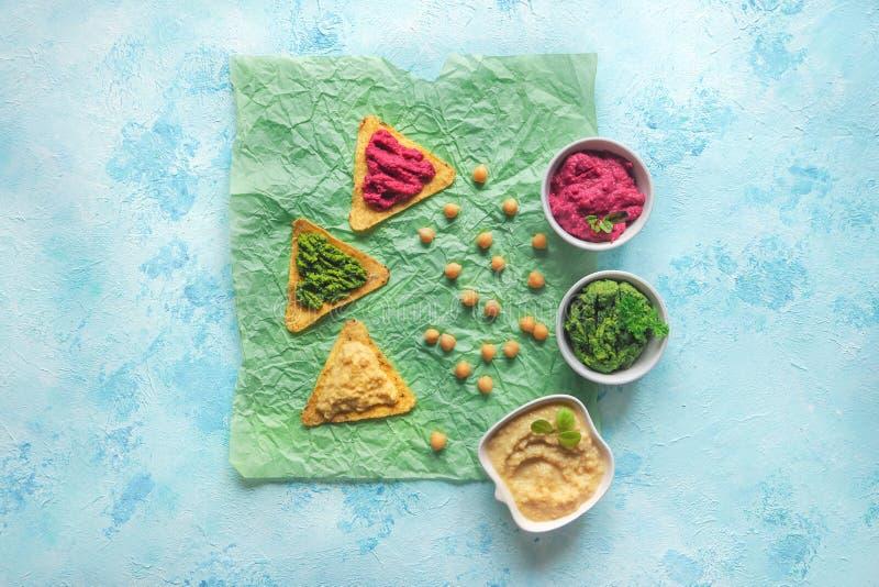 Pois chiches colorés purée et pommes chips de nachos L'espace de copie de vue supérieure images stock