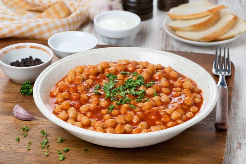 Pois chiches cuits en sauce tomate photos libres de droits