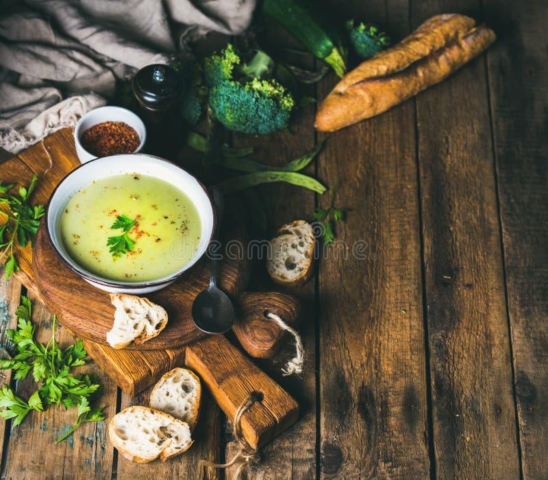 Pois fait maison, brocoli, soupe crème à courgette avec la baguette, l'espace de copie images stock