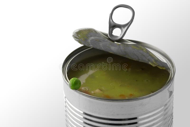 Pois frais au bord d'une boîte en fer blanc avec le potage aux légumes, Ba photographie stock libre de droits