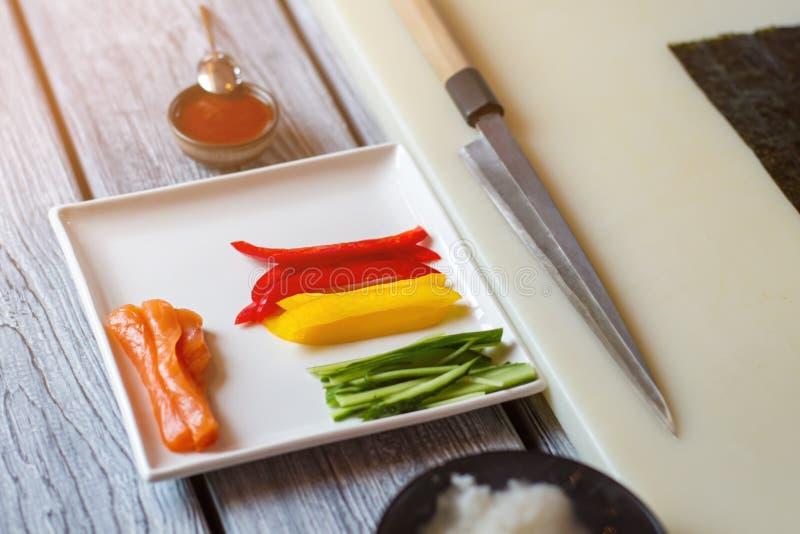 Poisson cru et paprika coupé en tranches photo stock
