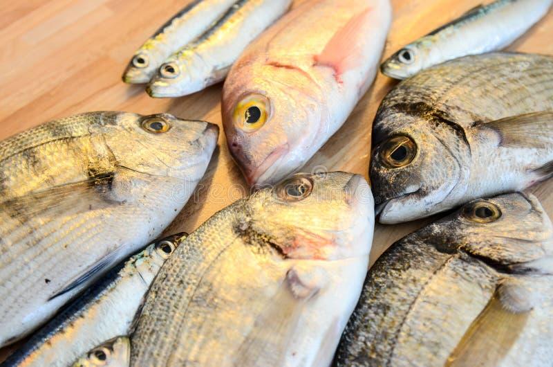 Poisson frais avec le citron prêt pour la cuisson Préparation du repas délicieux et savoureux de fruits de mer Dorade tête jeune  images stock
