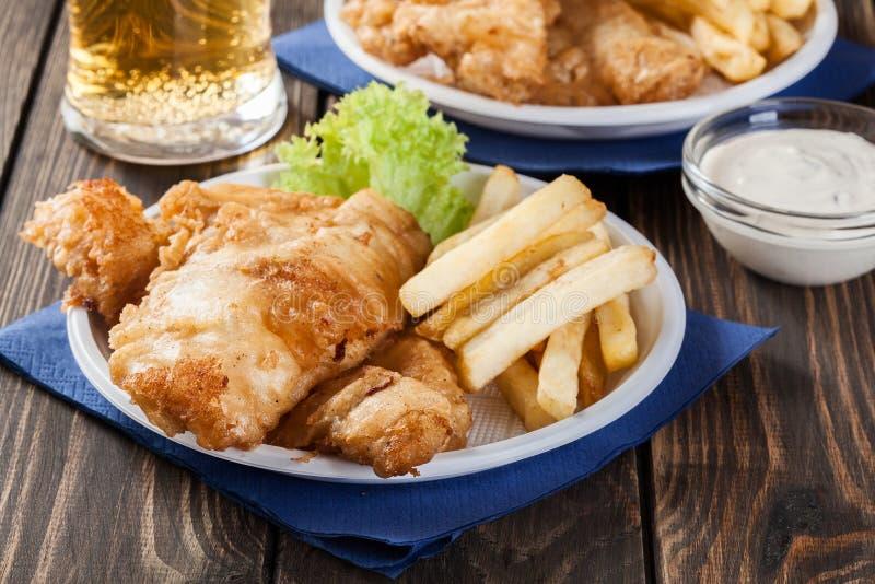Poisson-frites avec de la sauce à tartre d'un plat photographie stock