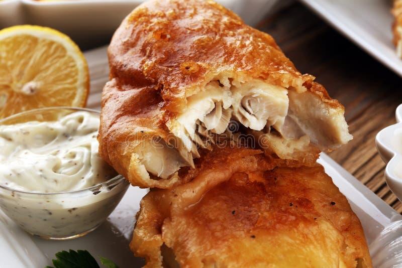 Poisson-frites britanniques traditionnels se composant des poissons frits, pot photographie stock