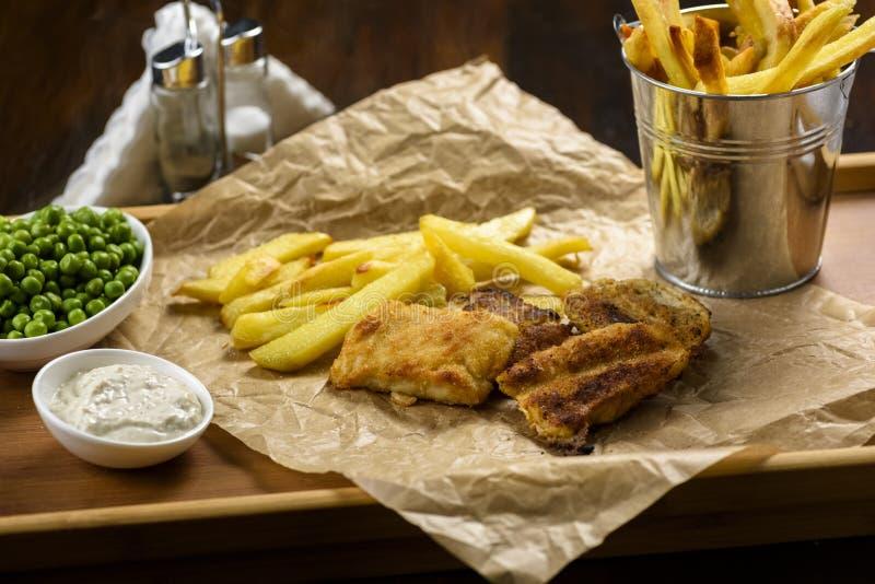 Poisson-frites - nourriture des bars britanniques photographie stock