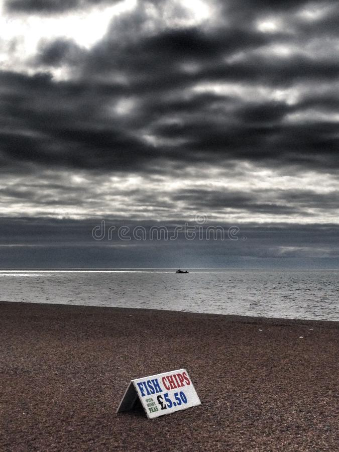 Poisson-frites sur la plage de Brighton photographie stock