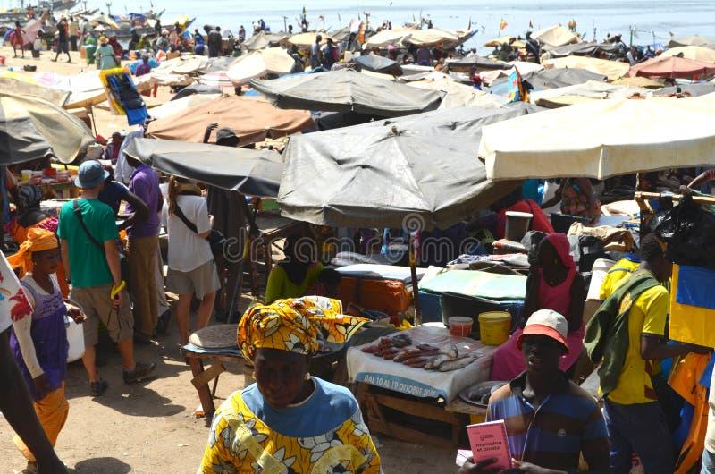 Poissonnerie à la plage de Mbour, petit CÃ'te, Sénégal photo stock