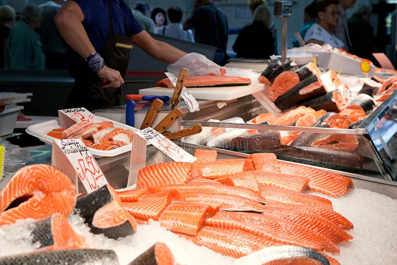 Poissonnerie, poisson frais sur le marché en plein air, poisson frais, question sociale, marché en plein air de poissonnerie photo stock