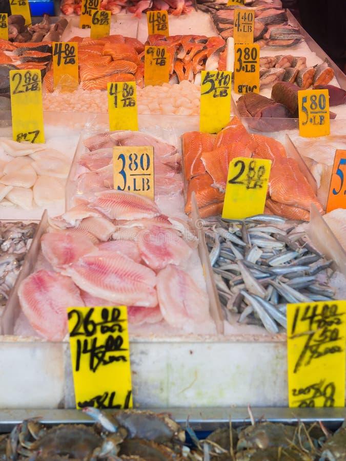 Poissons à vendre chez Chinatown à New York image stock
