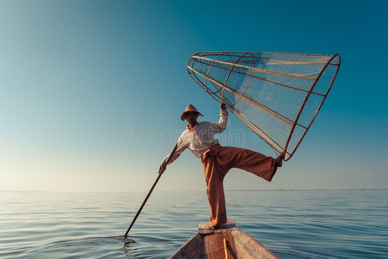 Poissons contagieux de pêcheur birman de manière traditionnelle Lac Inle, Myanmar images libres de droits