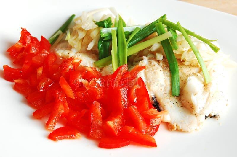 Poissons cramoisis avec le paprika, le céleri et l'oignon photo stock