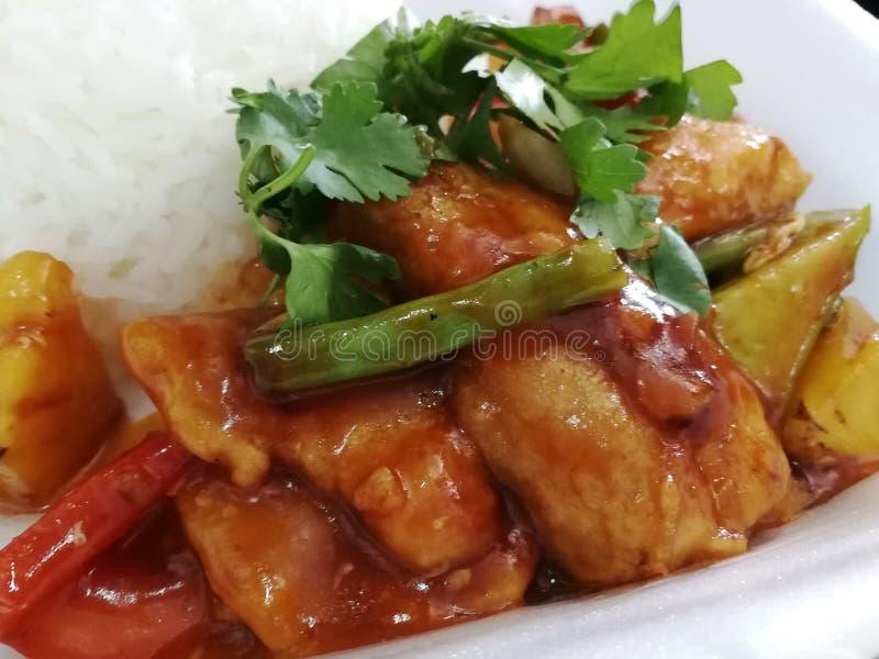 Poissons cuits à la friteuse avec doux et aigre servis avec du riz image stock