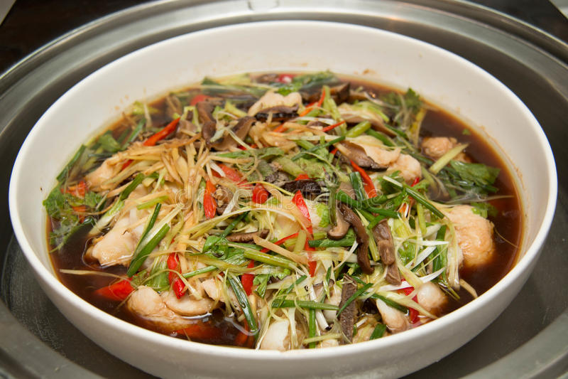 Poissons cuits à la vapeur par style chinois en sauce de soja photographie stock