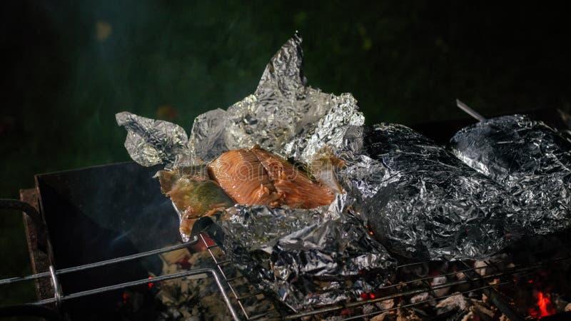 Poissons cuits au four sur les charbons Truite images libres de droits