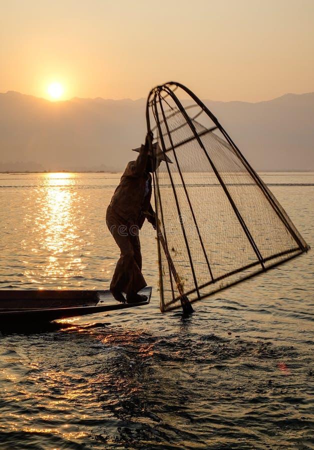 Poissons de capture de personnes d'Intha sur le lac Inle dans Myanmar photographie stock libre de droits