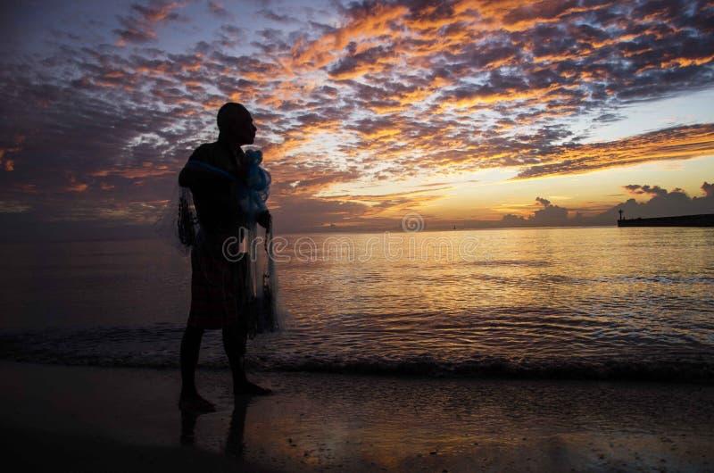 Poissons de moulage de vieil homme pour la plage photographie stock