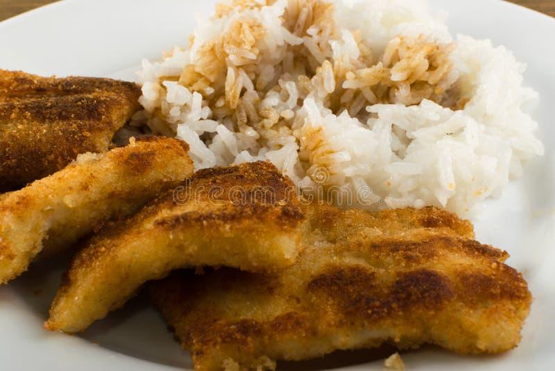 Poissons en chapelure et riz photo libre de droits