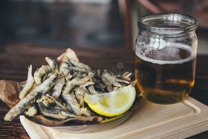 Poissons et bière photographie stock