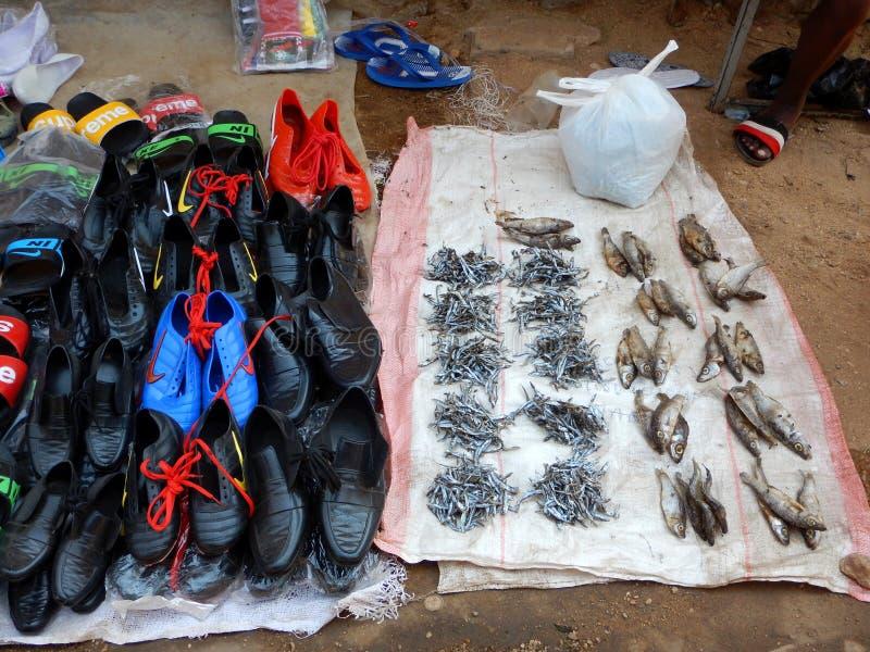 Poissons et chaussures secs à vendre sur le marché en Mozambique image stock