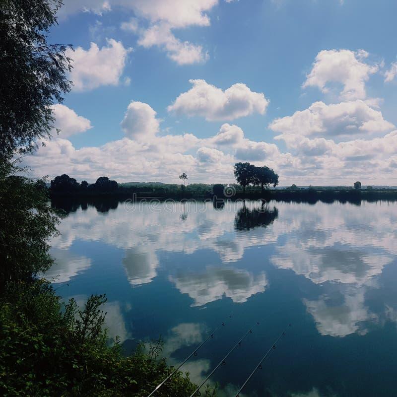 Poissons et nuages photo stock