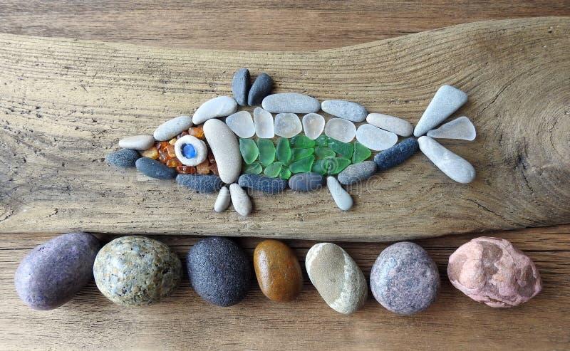 Poissons faits utilisant les pierres de mer et le verre, Lithuanie image stock