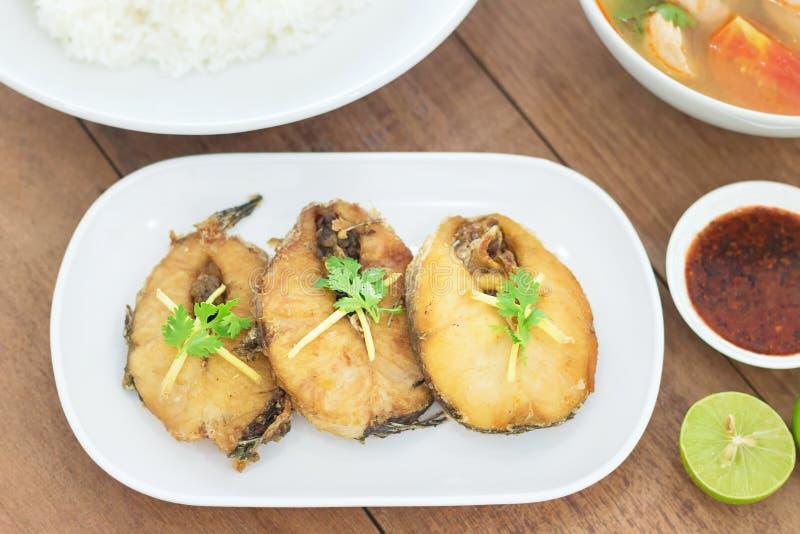 Poissons frits avec de la sauce chili d'un plat blanc image libre de droits