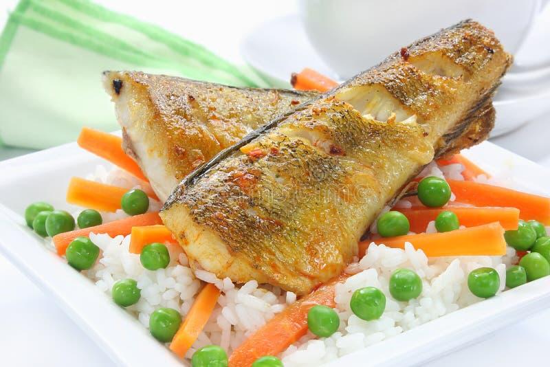 Poissons frits avec du riz photos stock