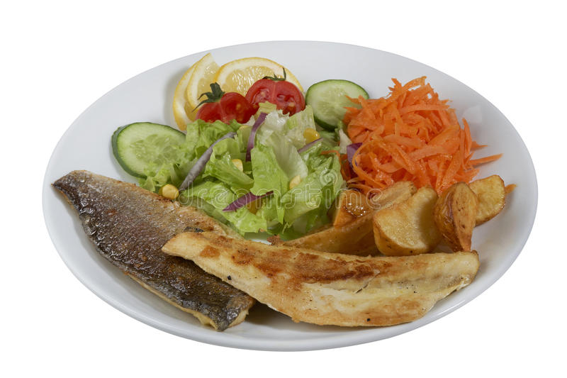 Poissons frits d'un plat blanc de porcelaine avec des légumes photo stock