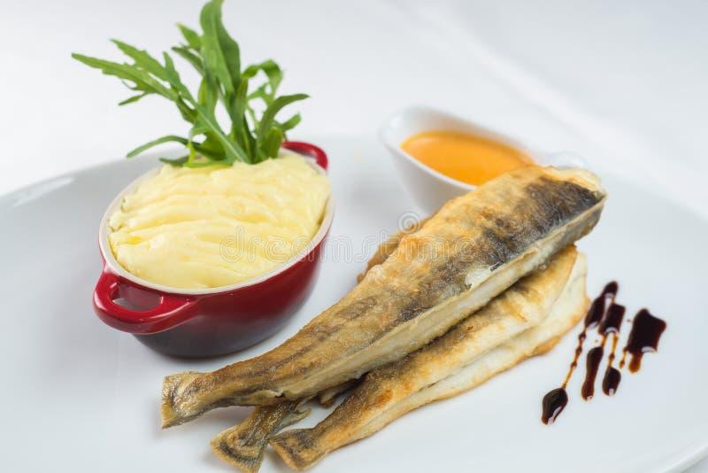 Poissons frits et purée de pommes de terre, sauce Cuisine élevée dans le restaurant photographie stock