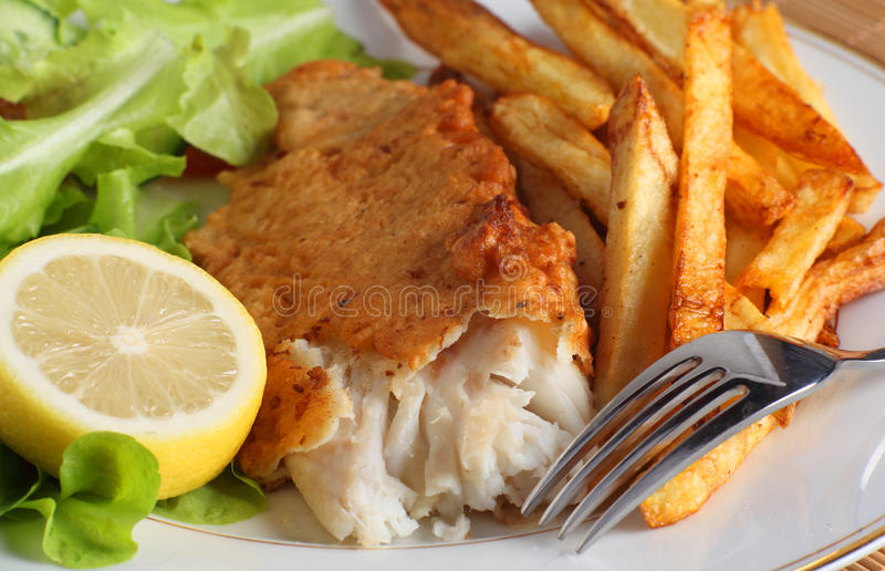 Poissons, fritures et salade photographie stock