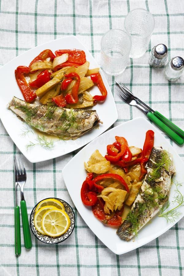 Poissons grillés de mulet gris avec les légumes doux et aigres : cuit photos stock