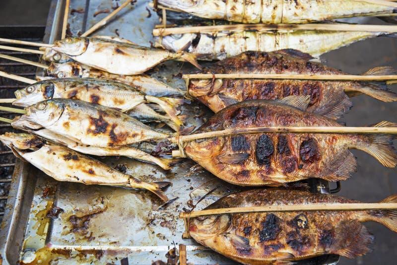 Poissons grillés sur le marché Cambodge de kep images libres de droits