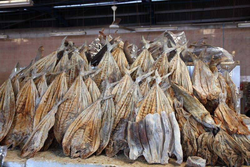 Poissons salés secs au marché photo libre de droits