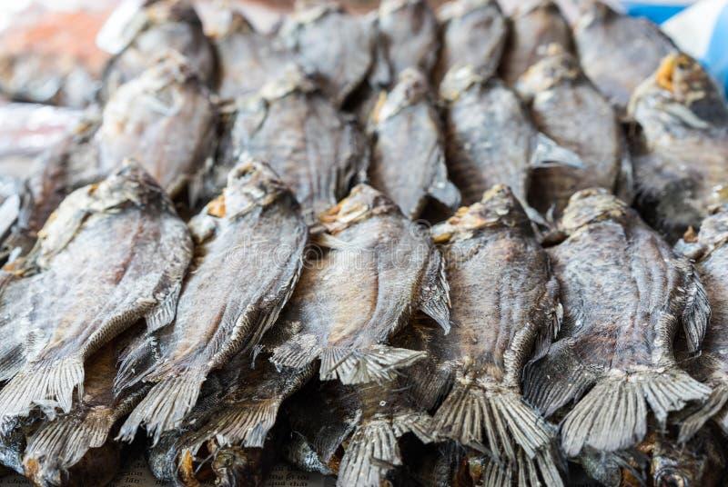 Poissons secs à vendre sur une boutique dans le delta du Mékong, Vietnam image libre de droits