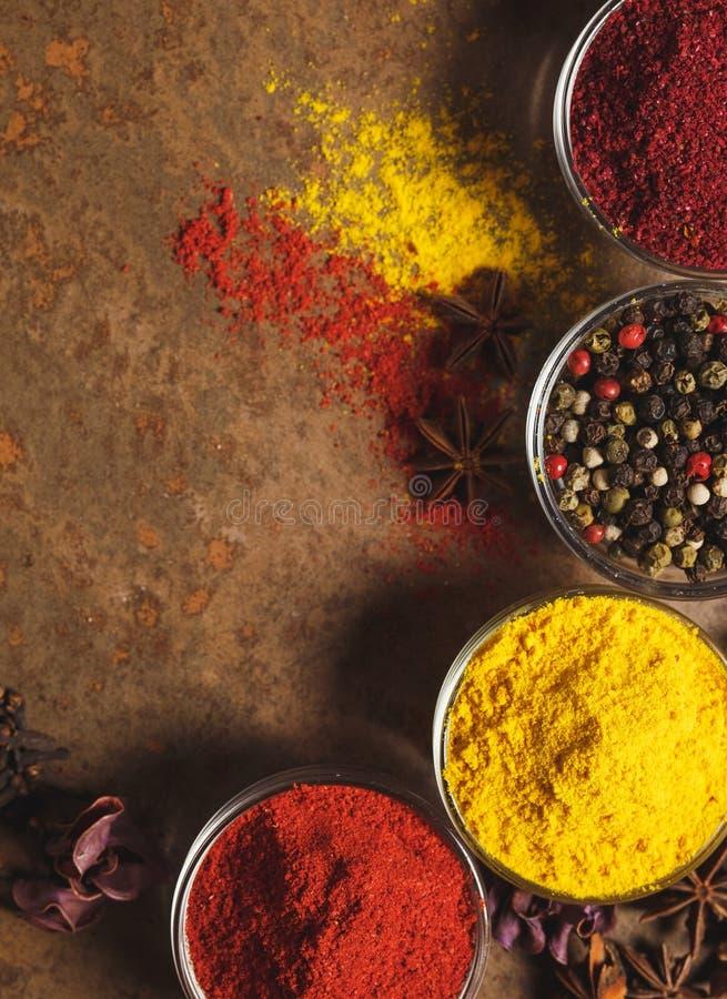 Poivre blanc moulu Place pour le texte Différents types d'épices dans une cuvette sur un fond en pierre La vue ? partir du dessus image libre de droits