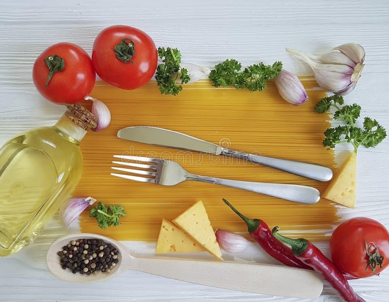 Poivre d'ail de cadre de spaghetti, huile italienne de menu de restaurant, recette traditionnelle, fourchette sur un fond en bois photo stock
