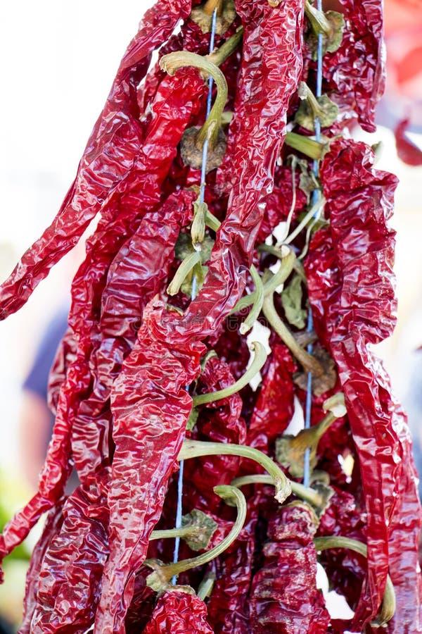 Download Poivre De Piment Rouge Chaud Sur Le Marché Au-dessus D'une Pile De Poivre De Piment Rouge Sec Photo stock - Image du poivre, mexicain: 76075674