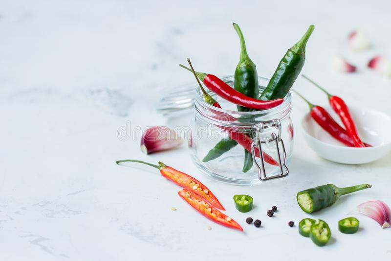 Poivre de piment rouge, poivre vert de jalapeno et ail photo stock