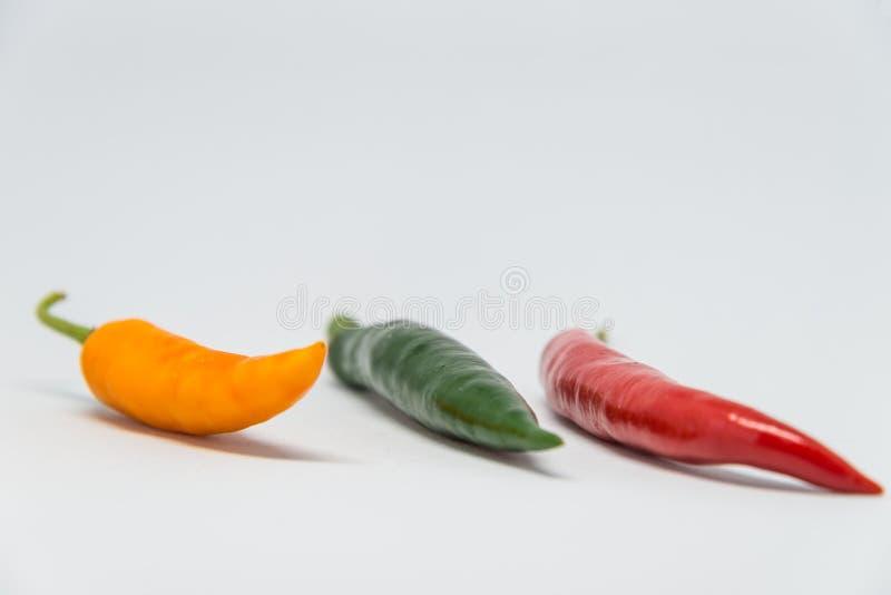 Poivre de piments coloré frais avec le fond blanc et le foyer sélectif photographie stock