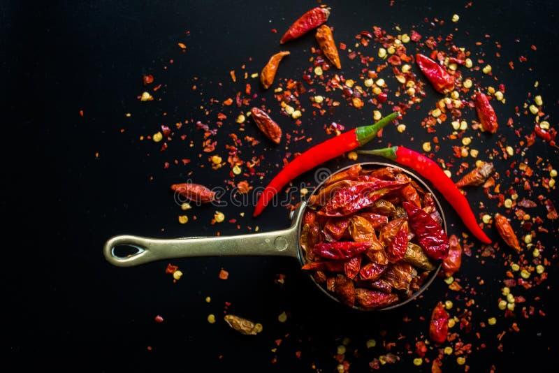 Poivre de piments d'un rouge ardent de piments sur le noir image stock