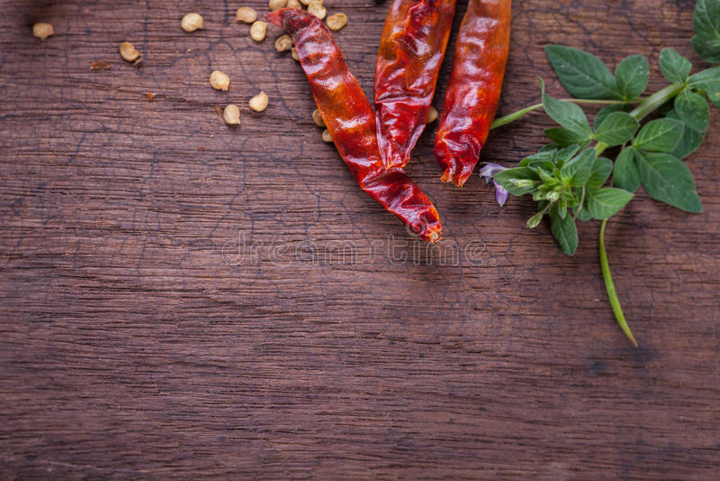 Poivre de /poivron d'un rouge ardent sur le fond en bois photo stock