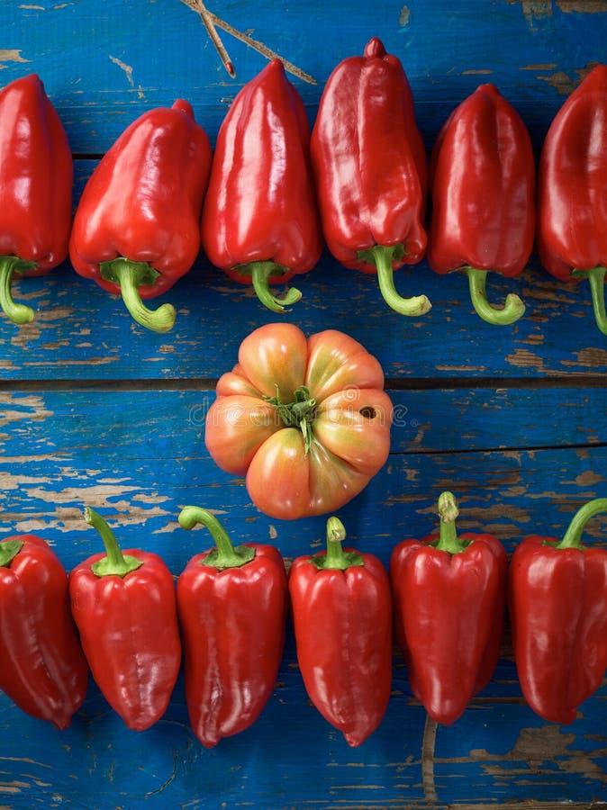 Poivre et tomate organiques rouges images stock