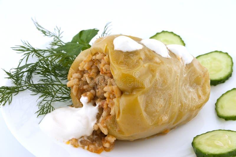 Poivre jaune bourré de la viande et du riz sur le fond blanc Se photos stock