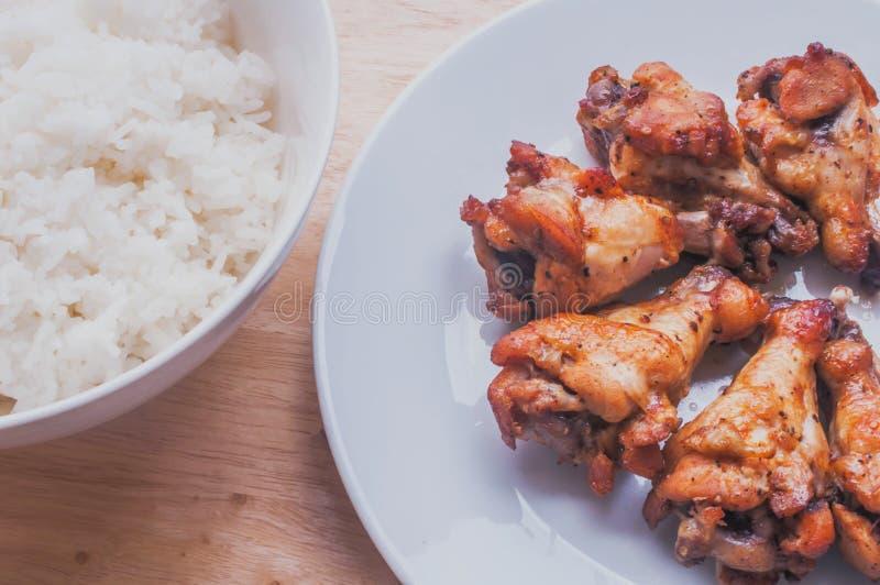 Poivre noir grillé épicé d'ailes de poulet avec du riz thaïlandais image stock