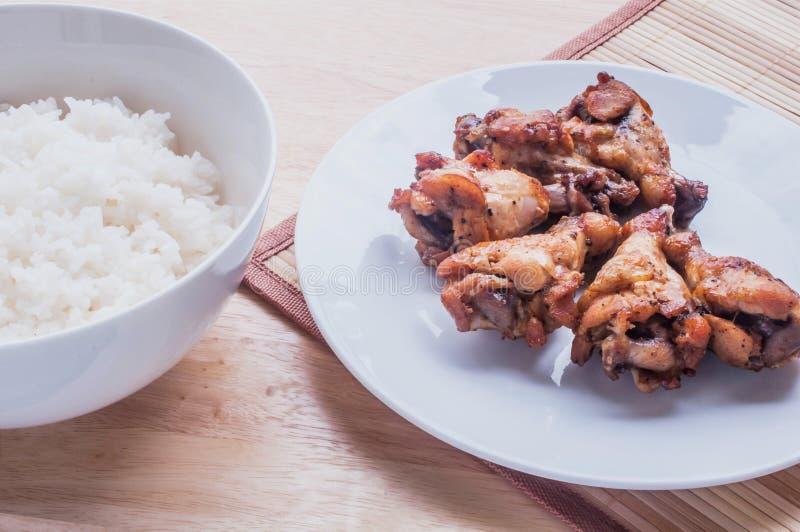 Poivre noir grillé épicé d'ailes de poulet avec du riz thaïlandais images libres de droits