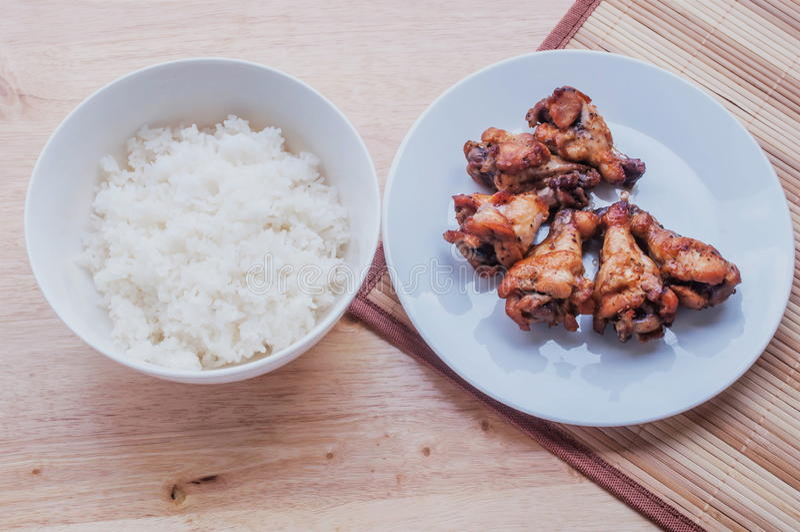 Poivre noir grillé épicé d'ailes de poulet avec du riz thaïlandais image libre de droits