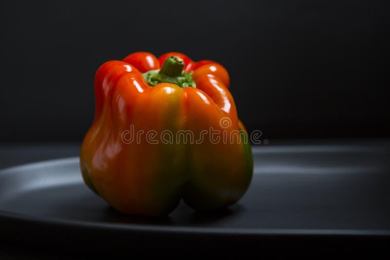 Poivre organique coloré frais de paprika sur le fond foncé photographie stock