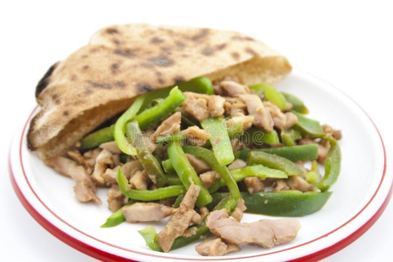 Poivron coupé en tranches frais avec de la viande coupée en tranches de poulet et le pain plat image libre de droits